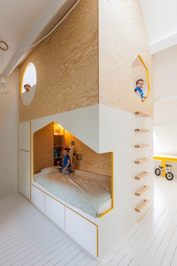 Les concepteurs belges de Van Staeyen Interieur viennent de nous faire parvenir leur dernière réalisation, la transformation des combles d'une habitation en une chambre d'enfants combinée à une salle de jeux.  L'espace est divisé en deux par une cabane qui va du sol au plafond et qui abrite un lit de part et d'autre et un petit cocon pour se reposer et jouer à son sommet. De chaque côté, on retrouve un espace bureau et plusieurs rangements sont également intégrés dans la structure en bois...