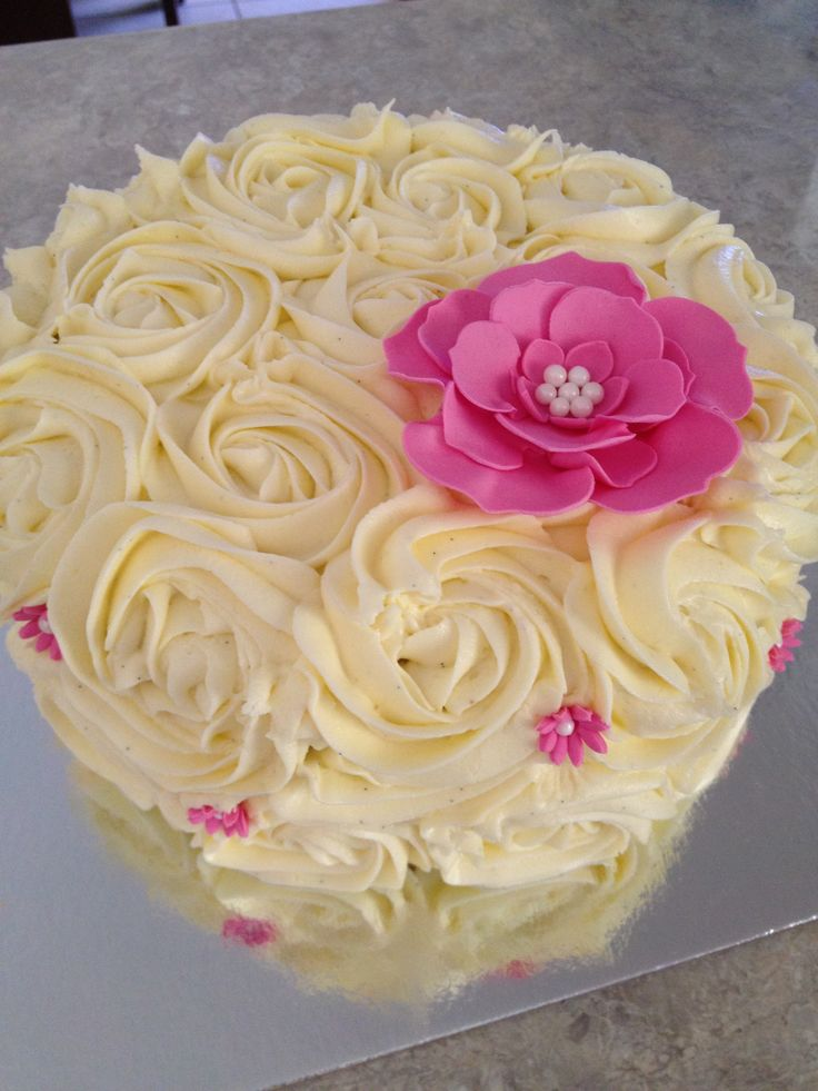 Vanilla buttercream cake with sugar flower!