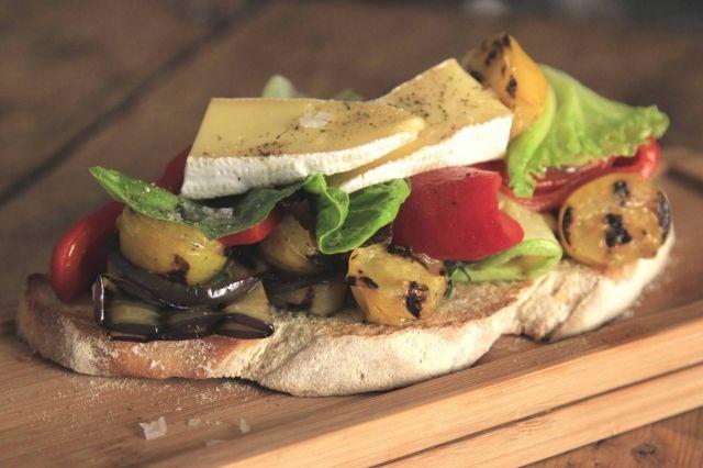 Brusqueta de vegetales grillados y queso brie.