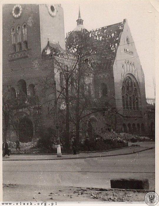 Erlöser Kirche tuż po wojnie.W tym miejscu obecnie (odkąd pamiętam) stoi sklep Społem.Kolejny zabytek architektury przepadł...