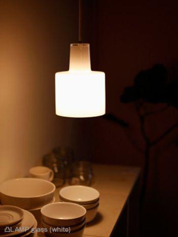 ホワイトタイプは、お部屋全体を優しい光で包んでくれる様…  そこに、ランプがあるだけで、癒しの空間を演出してくれます♪