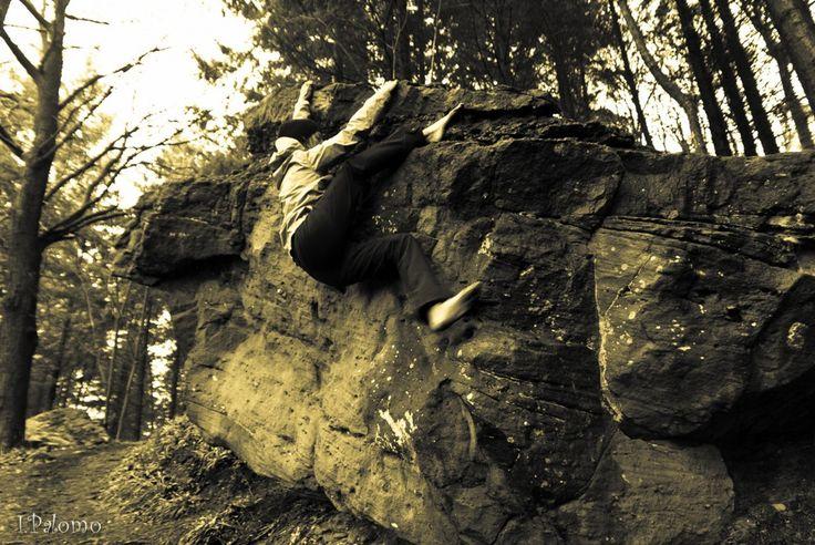 Ante el auge del búlder, una innovadora forma de gestión permite mitigar los impactos del mismo junto a escaladores. http://lucesdemontana.org/2014/11/12/arriba-titan-nueva-metodologia-para-la-gestion-sostenible-del-bulder/