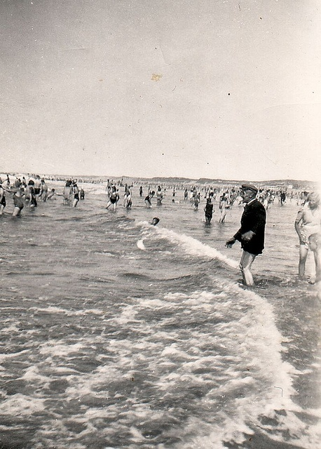 Opa in zee      Scheveningen 1954: Opa Janus van Schijndel klompenmaker te Gemert ziet voor het eerst van z'n leven de zee. Met broekspijpen omhoog gerold én pet op kiest hij het ruime sop.  Foto ingestuurd door : Maarten van Lankvelt