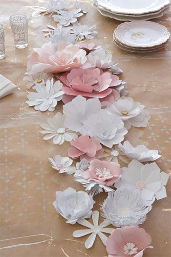 paper flowers: kraft paper table runner with handmade white and pink paper flowers ... Mesa totalmente artesanal. Mantel de papel craf, y centro de flores de papel.
