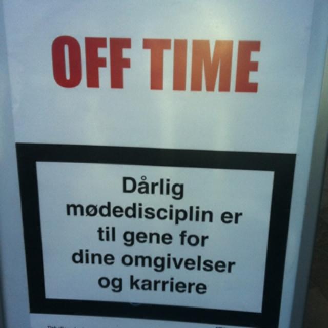 Så sandt så sandt. Cool at lade det ligne advarslerne på cigaretpakkerne, bare omsat til business-verdenen? Kom til tiden eller dø! Sandwichskilt fotograferet af min veninde Inge på Copenhagen Business School.