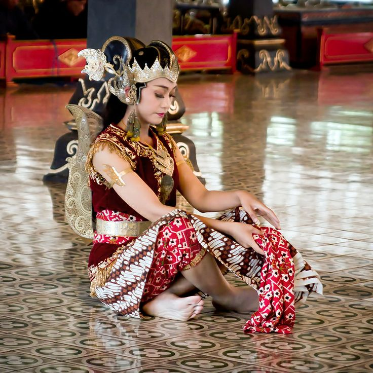 #Traditional dance at the Kraton (sultan's palace), #Yogyakarta, #Indonesia - www.gdecooman.fr