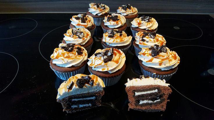 Chocolade cupcakes gevuld met oreokoekjes koekjes met toegang van merengue crème met salted caramel.