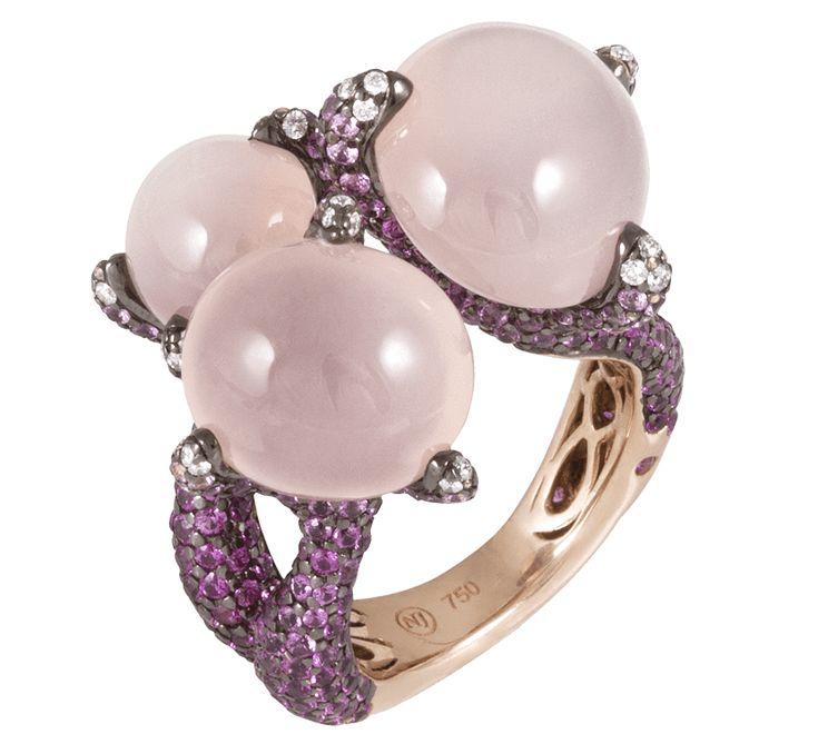 Если у Вас нет настроения – пришла пора найти идеальное кольцо. Как насчет сапфиров? Казалось бы идеально. Однако оно может быть еще лучше, если это кольцо из розового золота с розовыми сапфирами и кварцами .Все что Вам нужно - это любовь? Теперь потребности уменьшились: Вам понадобится лишь кольцо из розовой мечты.