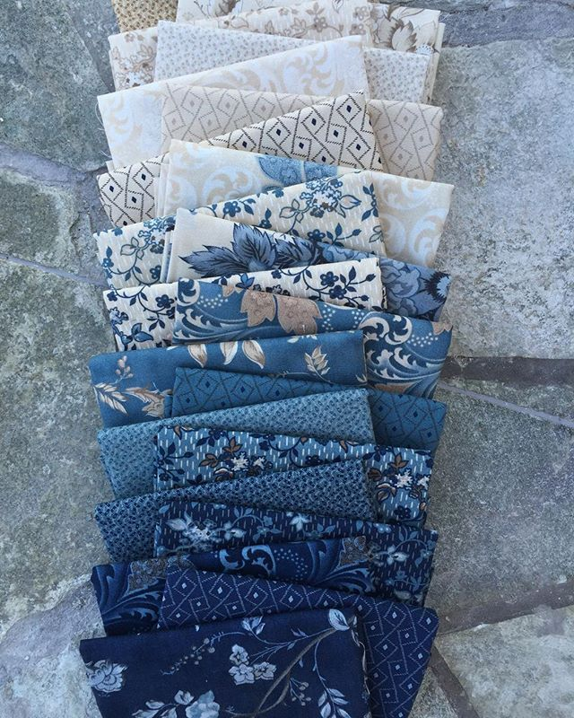 I can't get enough of these Blue Barn prints #blueandwhite #bluebarn #edytasitar #showmethemoda #laundrybasketquilts