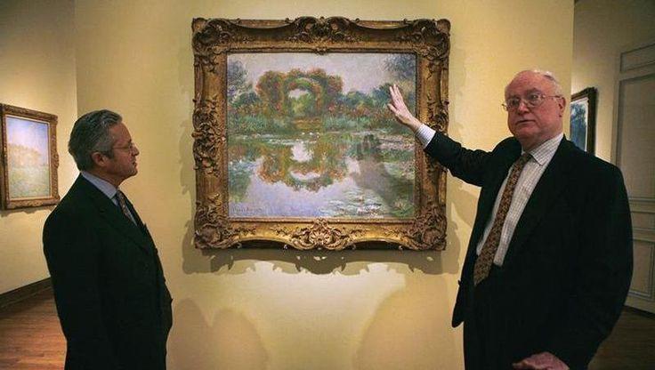 Guy Wildenstein <i>(à gauche)</i> devant un tableau de Monet appartenant à sa famille.