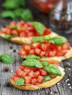 Bruscetta mit Basilikum        Zutaten:3 Tomaten, 1 Knoblauchzehe, 1/2 Bund Basilikum, Salz, Pfeffer, Zucker,  1 TL…