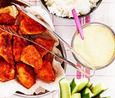 Chicken nuggets med currydipp är ett fräscht och välsmakande recept för hela familjen där saftiga kycklingfilébitar rullas i kryddat ströbröd och steks i olja. Till dessa serveras en supersmarrig currydipp, gurkstavar och nykokt ris. Låt gärna barnen vara med och tillaga maten! Smaklig måltid!