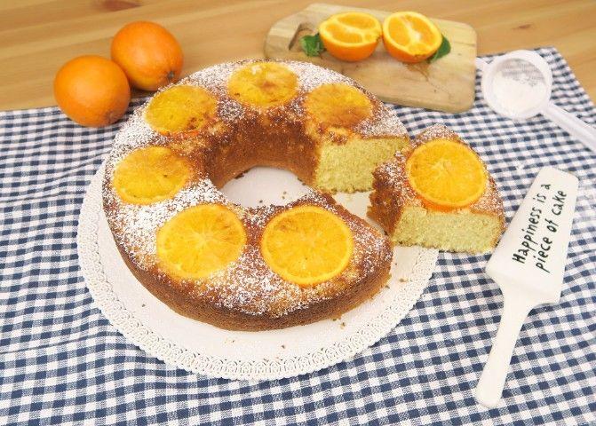 La torta all'arancia rovesciata è un dolce soffice, profumato e salutare. È ottimo come merenda e ancora più buono a colazione insieme ad un bicchiere di latte.  GLI INGREDIENTI 3 uova 1 bustina di lievito 250g di zucchero 250g di farina 150ml di succo d'arancia un'arancia tagliata a fette 40g di zucchero di canna  LA PREPARAZIONE Sbattete le uova aggiungendo lo zucchero pian piano. Aspettate che il composto si ben montato (ci vorranno almeno 10 minuti), poi aggiungete il succo d&...