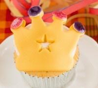 Deze kroon cupcakes mogen niet ontbreken op 30 april! De cupcakes maak je natuurlijk met de FunCakes mix voor cupcakes. Geef ze na het bakken een koninklijk tintje door een prachtige gele kroon van fondant boven op de toef te leggen.