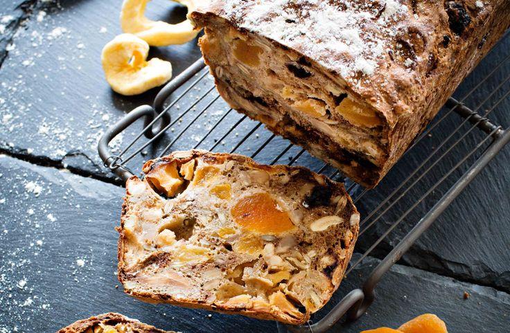 Recept på ett enkelt frukt- och nötbröd. Bara att röra ihop smeten, hälla i en form och grädda. Brödet blir bättre när det får vila över natten. Passar perfekt till vällagrade ostar.
