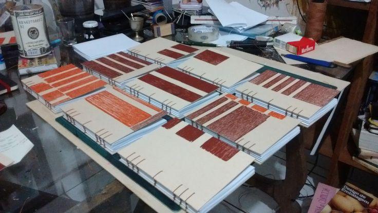 Os Cadernos Cervantes Xilo; são cadernos de costura aparente, 80 folhas, papel 90 g/m², formato 15X11Cm. As capas são xilogravuras em papel paraná. Peças únicas.