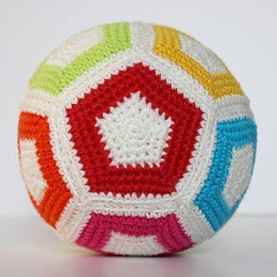 Rammelbal van vijfhoeken haken | Hilde Haakt | Bloglovin', #haken, gratis patroon, Nederlands, bal, baby, kraamcadeau, #haakpatroon
