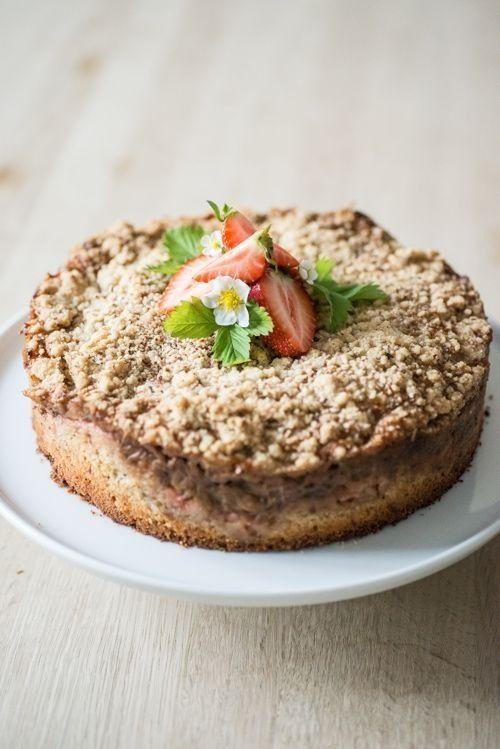 Rabarber-jordbær crumble kage med kondenseret mælk (Recipe in Danish)