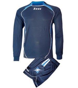 Kék-Királykék-Fehér Zeus Mercurio Focimez egyedi, rövid ujjú mezzé alakítható, modern, határozott megjelenésű focimez szett. Szemből dupla mezhatás érvényesül, az érdekesen érkező gallér miatt, nadrágja elöl rövidebb, így még kényelmesebb a Mercurio focimez szett. Utánpótlás számára is, impozáns, tartós választás. Kék-Királykék-Fehér Zeus Mercurio Focimez 6 méretben és további 10 színkombinációban érhető el.