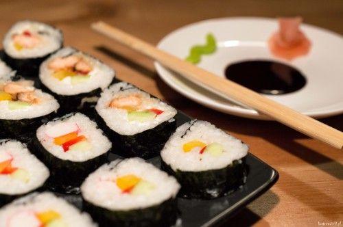 Sushi to japońska potrawa z ryżu zaprawionego octem ryżowym z różnymi dodatkami: rybami, owocami morza, wodorostami nori, warzywami, kawałkami grzybów. Sushi spożywa się pałeczkami lub palcami. Do sushi podaje się sos sojowy, chrzan wasabi oraz marynowany imbir, żeby oczyścić kubki smakowe. Są różne rodzaje sushi, dziś polecamy te najbardziej popularne maki. Na łacie wodorostu układa się ryż i dodatki i zwija w rulon (dla ułatwienia robi się to na macie bambusowej).