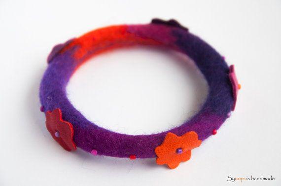 handmade feltbracelet with leather details von synopsishandmades