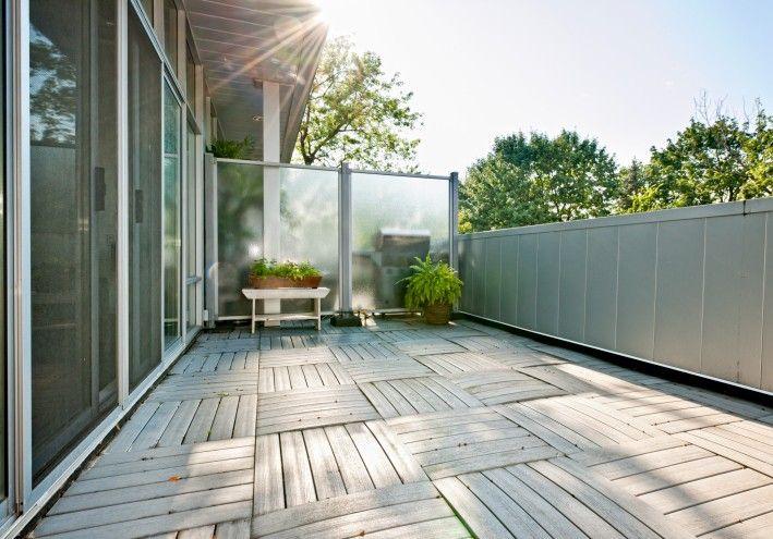 Kleine eingezäunt im Deck/Innenhof mit karierten Deck Bodengestaltung