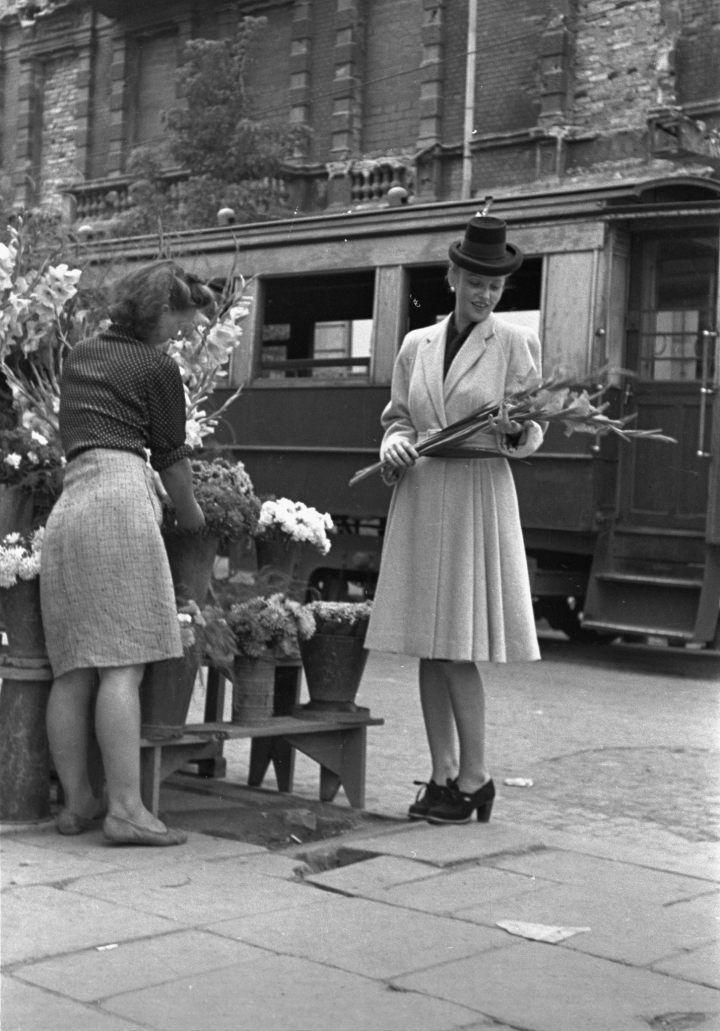 Warszawa, wrzesień 1946. Fot. PAP/Jerzy Baranowski. Modelka prezentuje modny strój kobiecy na jesień.