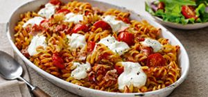 Using the Chunky Tomato Sauce from Slimming World's food range, this easy pasta bake is ready in only 30 minutes.