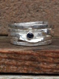 Idylliz; Handgesmede sieraden: 96. Wikkelring van gehamerd zilver met blauwsaffier