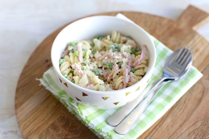 Geen zin om lang in de keuken te staan? Maak dan dit recept voor pasta met ham, ui en doperwtjes. Lekker, simpel en snel op tafel in 20 minuten.