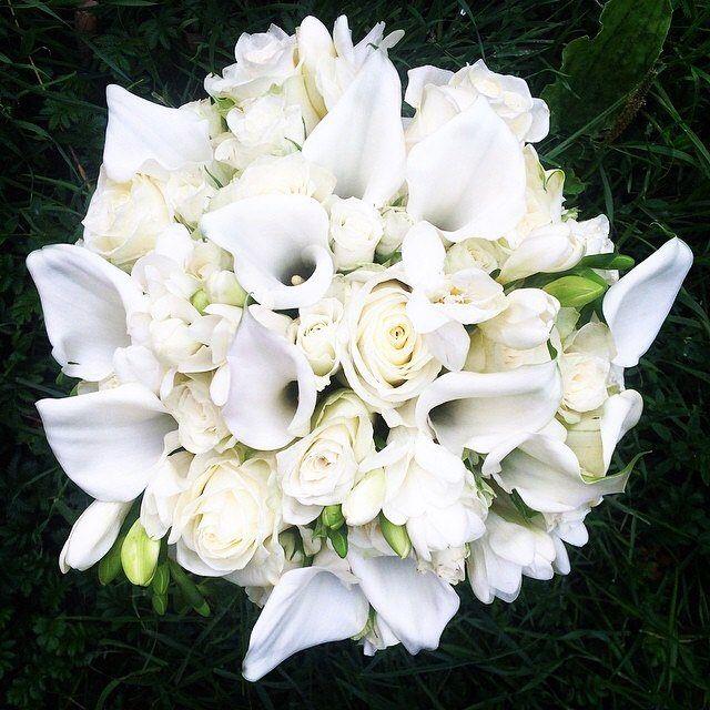 """Для свадьбы Анны и Артема мы собрали белый букет из калл трех видов роз и фрезий. Каллы идеально подходят для свадебного букета ведь они считаются оберегом семейной гармонии и символизируют супружеское счастье. Букет белых калл - пожелание удачного брака. В переводе с древнегреческого эти цветы означают """"красивые"""". by greenkitchen.spb"""