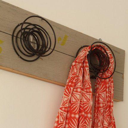 Porte manteaux avec des ressorts de matelas