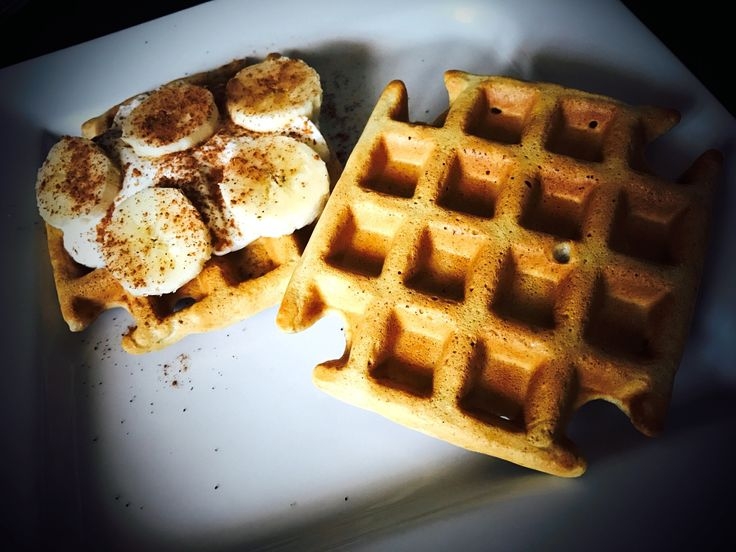 Recept na celozrnné vafle, které jsou výborné zejména na snídani. Lze je také podávat jako dezert či večeři. Děti budou nadšené a stačí k tomu pouze vaflovač. Náš recept se s přídavkem ovesných vloček, a proto zasytí na delší dobu a jsou vhodné ke snídani. Podáváme je teplé s ovocem, jogurtem, ořechovým máslem, čokoládou apod. Záleží na Vaši chuti.