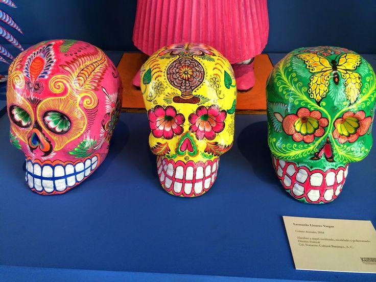 Cráneos decorados, 2004, alambre y papel moldeado, modelado y policromado - Foto Daniel Benoit