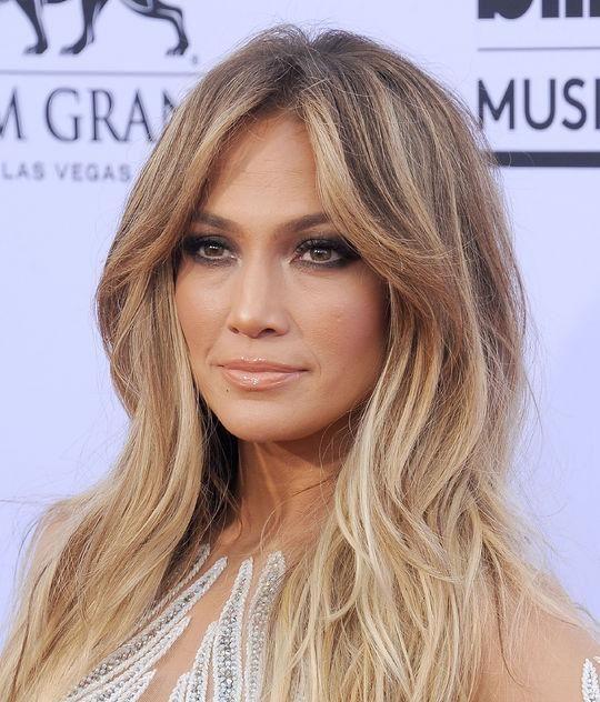Jennifer Lopez' soft waves and smoky eye makeup at the 2015 Billboard Music Awards