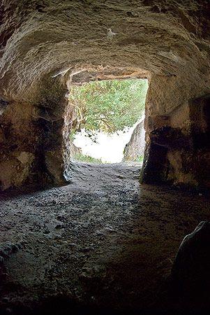 """S'Elighe Entosu - Usini(SS)  Ingresso alla tomba """"delle sette stanze"""" visto dall'interno della cella maggiore"""