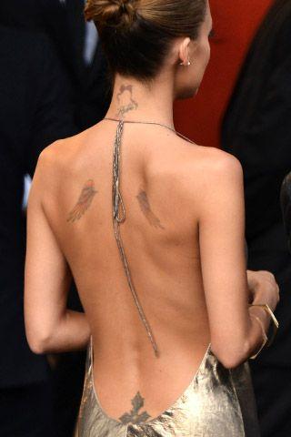 Manie da star: i tatuaggi più hot  ---- Una croce maliziosa, proprio là dove finisce la schiena. Nicole Richie, 32 anni, ha scelto di farsi marchiare nei punti più provocanti del corpo. Ma non certo per tenerli nascosti, come si vede dalla scelta dell'abito ad ogni red carpet meno coprente.