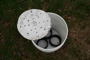 This 5 gallon bucket system uses just ONE bucket!