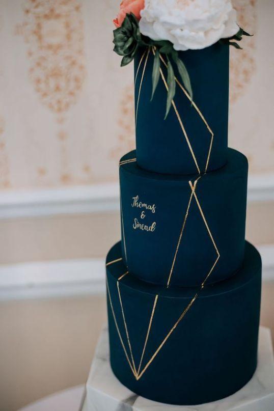 eine dunkelblaue und goldene Hochzeitstorte mit Kalligraphie und frischen Blüten sieht sehr gut aus …   – Wedding