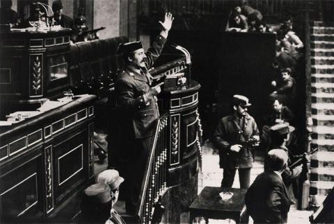 El Teniente Coronel Antonio Tejero Molina y varios miembros de la Guardia Civil y la policia militar asaltan el Parlamento Español en Madrid en un intento Fallido de golpe de estado en 1981