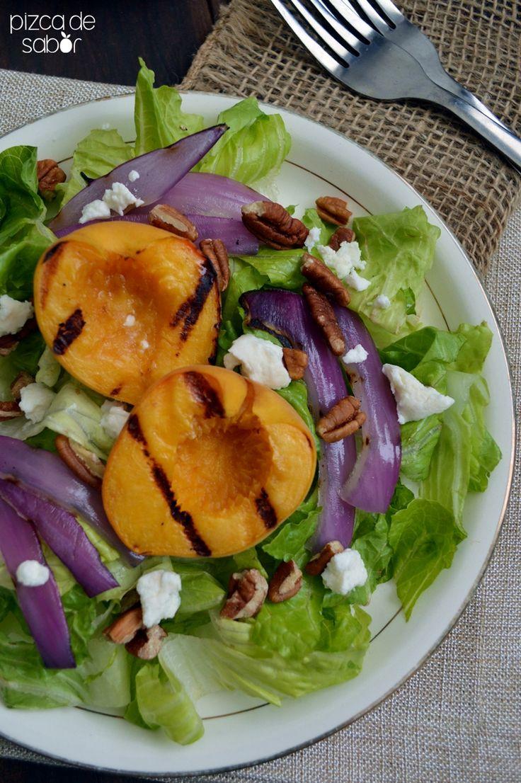 Refrescante y deliciosa ensalada de duraznos a la parrilla, cebolla morada, nuez y queso de cabra, no te quedes sin probarla!