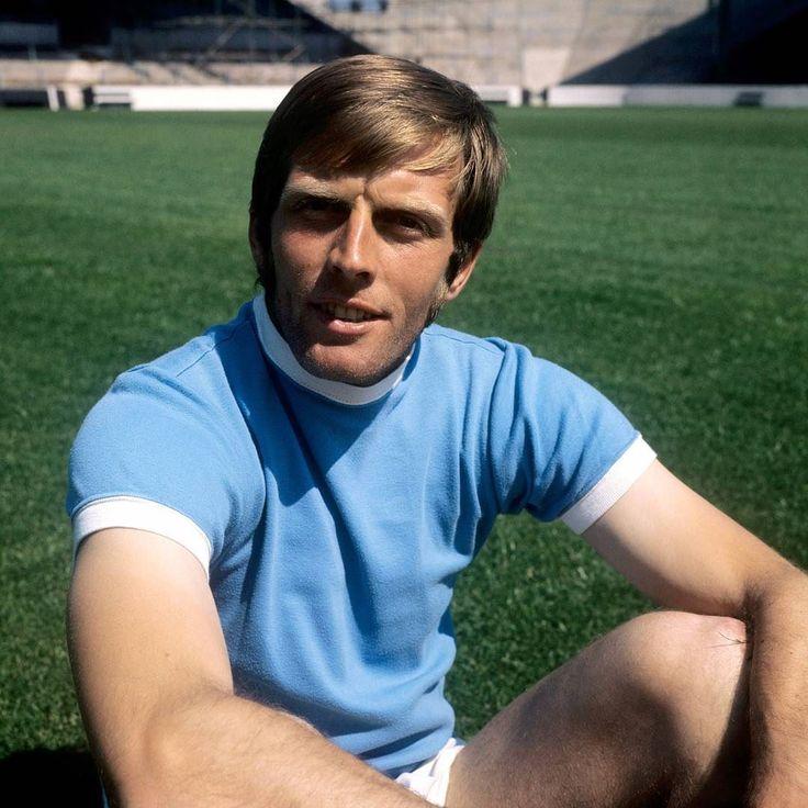 Happy birthday to City's appearance record holder (665) Alan Oakes who celebrates turning 75 today!  #mancity