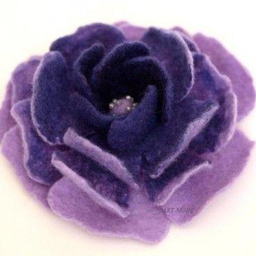 Róża z fioletem Broszka wykonana ręcznie techniką filcowania czesanki wełnianej merynos australijski. Elegancka i nietuzinkowa będzie stanowić oryginalny dodatek do szalika, bluzki lub płaszcza.   www.KuferArt.pl