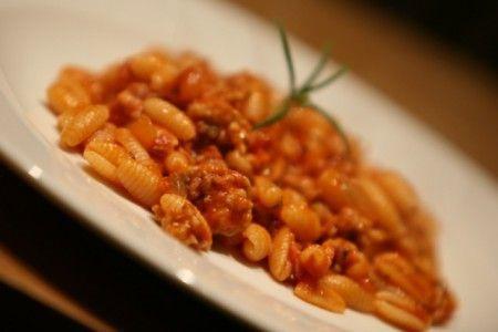 Ricetta per preparare gli gnocchetti sardi al sugo di salsiccia, una specialità di mezza stagione con i malloreddus, la salsiccia e i fagioli.