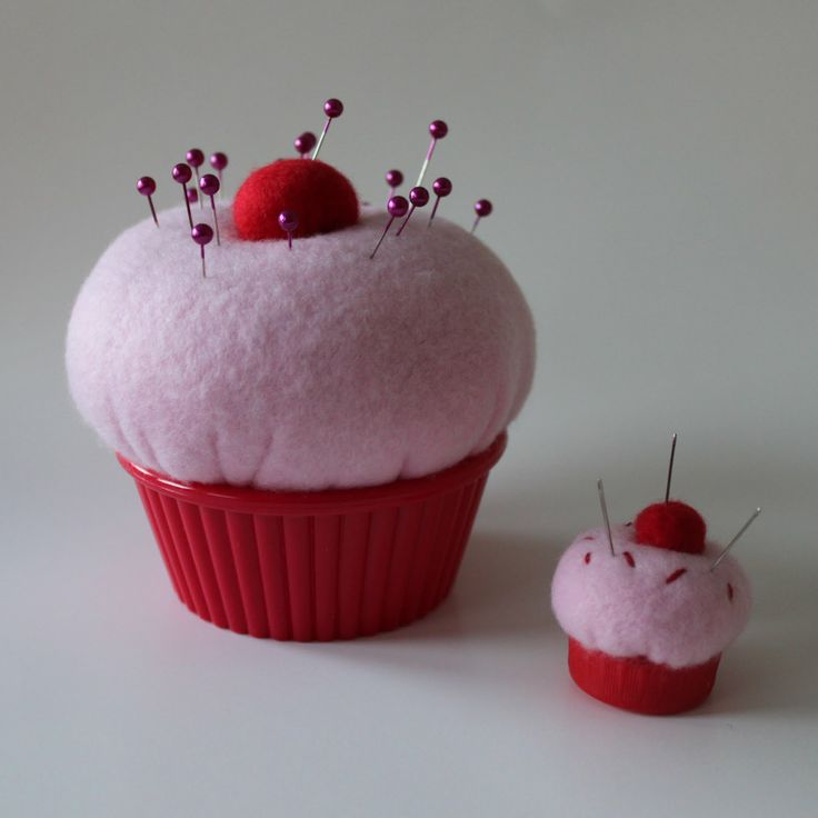 Obsessively Stitching: Cupcake Pin Cushions in regular and a ring.