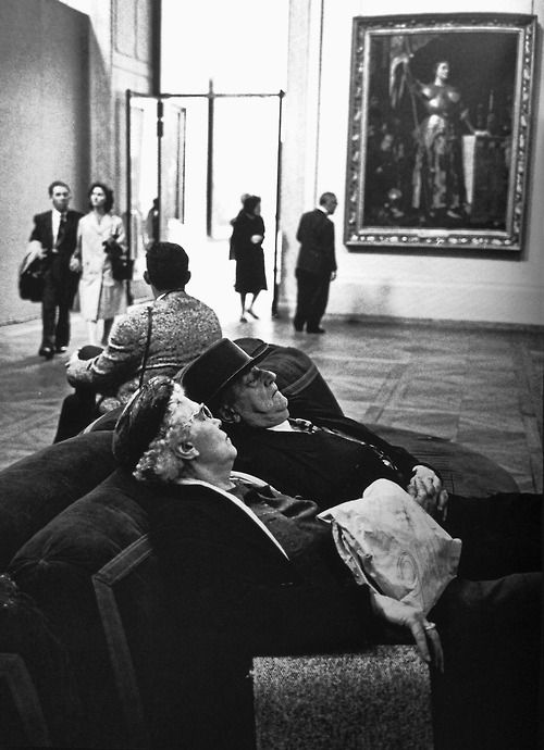 Alfred Eisenstaedt - Tourists at the Louvre ca. 1950.