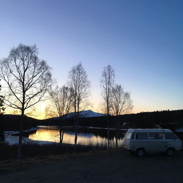 Klockan 20.55 igår kväll. Det är inte svårt att känna en viss harmoni just nu. Ljuset. Kvällarna. Sommaren som väntar | #indalsälven #åreskutan #åre #gooutside #westfalia #sweden #visitsweden