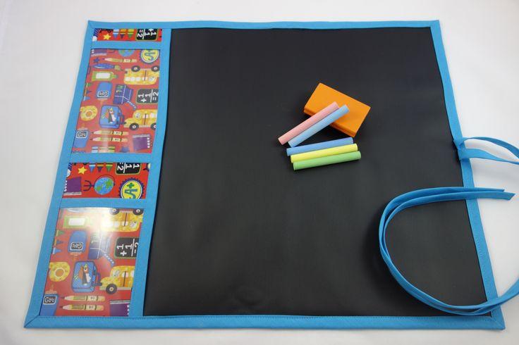 Tela de pizarra, portátil. Ideales para los pequeños de la casa. Con dos compartimentos para guardar las tizas y la esponja. De fácil manejo. Tela de Patchwork 100 % algodón. Medidas aprox. 40 x 50 cm. Precio 18 cm. http://www.telasytentaciones.com/es/inicio/nuestro-rincón-artesanal/con-hilos-y-agujas