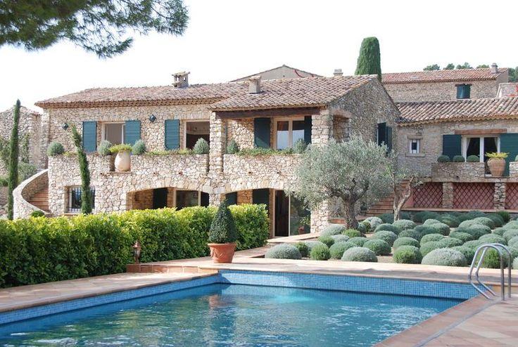 Location Vacances! Maison La Roquebrussanne de 2 à 10 personnes, au cœur de la Provence Verte, dans un hameau du XVII ième siècle. Vous apprécierez l'authenticité de cette villa. #LocationsVacances #MediaVacances #PACA #Piscine