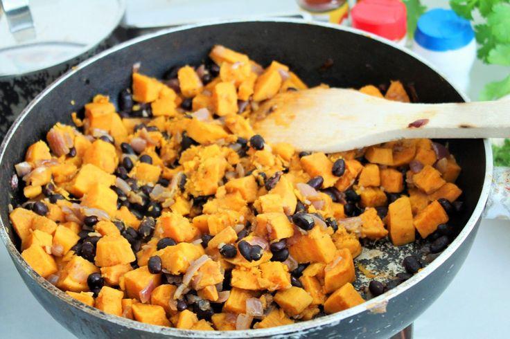 Smaakvolle smokey zoete aardappel met zwarte bonen. Origineel als vulling voor in de tortilla maar ook een super vegetarisch bijgerecht. Doe eens wat anders, maak van je verjaardagsfeestje een Mexicaanse Fiesta! Met een margarita bar, koude Corona's, mini dorrito's en een taco bar buffet